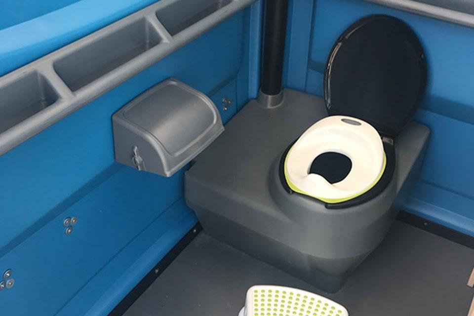 mobilni-toaleta-s-prebalovacim-pultem-1